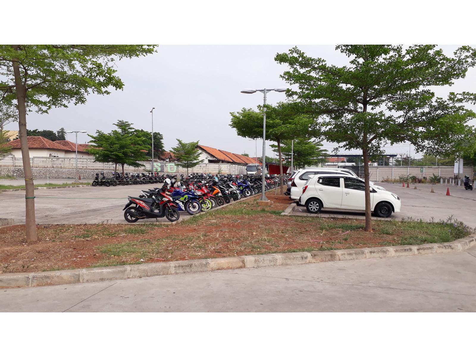 Parkiran mobil dan motor