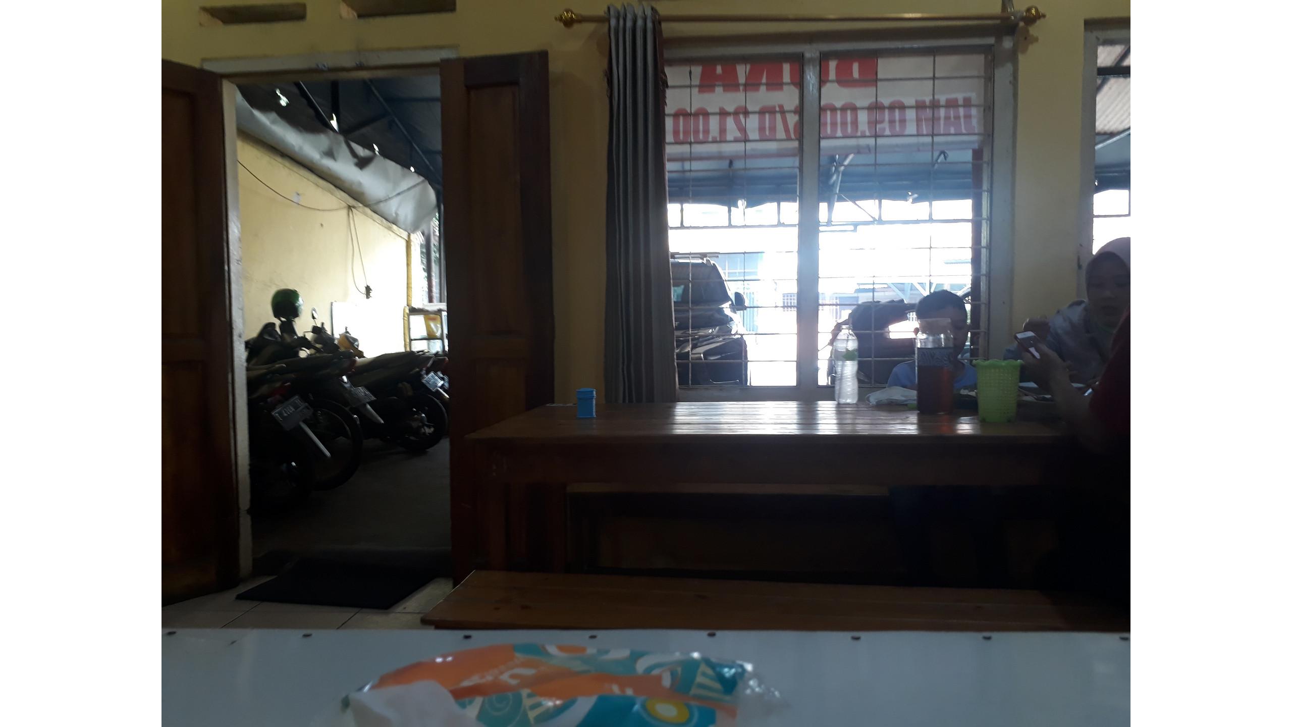 Tampak meja depan restoran